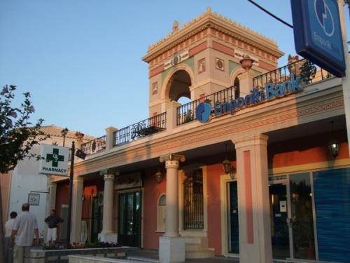 Protziges Gebäude mit der Ethniki Bank im Zentrum der Ortschaft Acharavi
