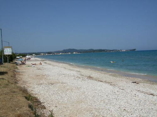 Der westliche (steinige Teil des Strandes von Acharavi