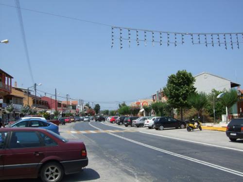 Die von unzähligen Geschäften gesäumte Hauptstraße dieses Ortes auf Korfu