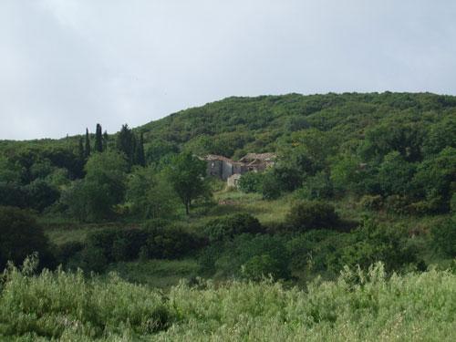 Kleines verlassenes Dorf am Pantokrator