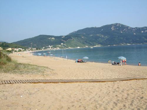 Der Strand von Agios Georgios Pagi mit Beachvolleyballfeld