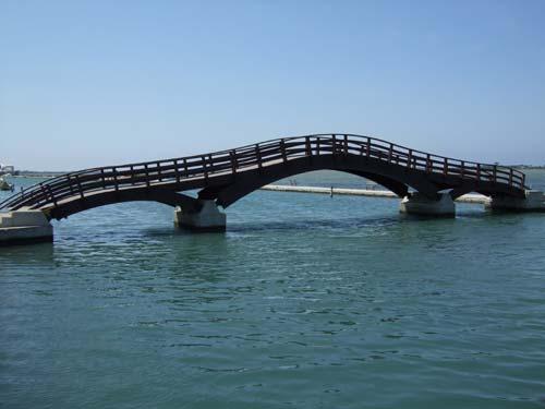 Holzbrücke am Anfang des alten Fischerhafens
