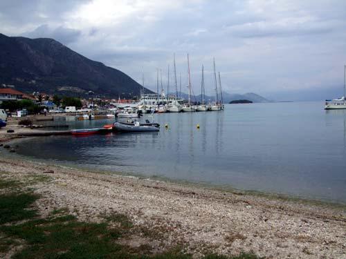 Rand des Yachthafens von Nidri