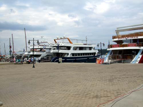 Ausflugsboote im Hafen von Nydri