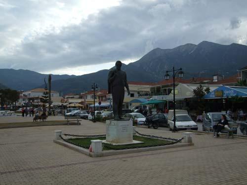 Denkmal im Hafen, Blick auf das gebirgige Hinterland