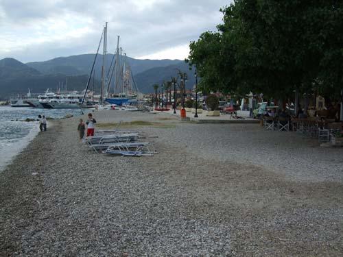 Der direkt am Hafen beginnende Teilabschnitt des Strandes von Nidri