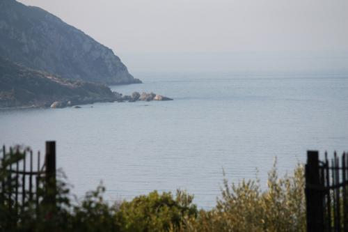 Blick vom Tor der Agrilia Studios auf die Bucht von Agios Georgios.