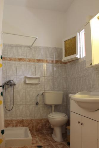 Das einfache Bad eines Apartments.
