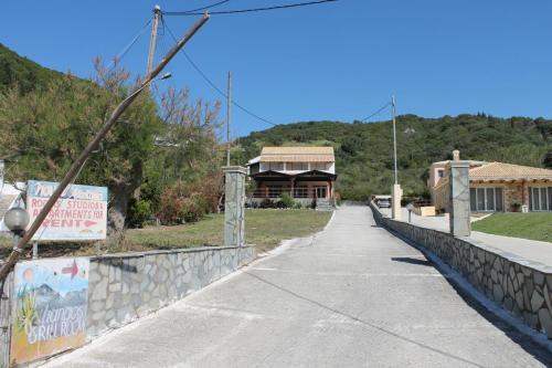 Einfahrt zum Liangos