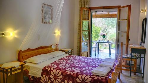 Blick in das Schlafzimmer des Danai-Apartments mit dem Doppelbett