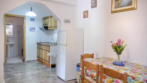 Der Flur des Danai Apartments- dahinter ist die Küchenzeile zu sehen.