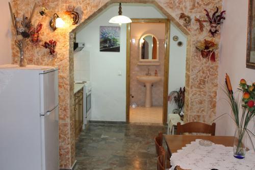 2-Zimmer-Apartment: Blick vom Eingangsbereich in Richtung Küche und Bad