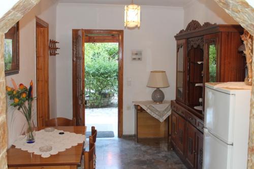 2-Zimmer-Apartment: Blick zurück von der Küche in Richtung Eingang