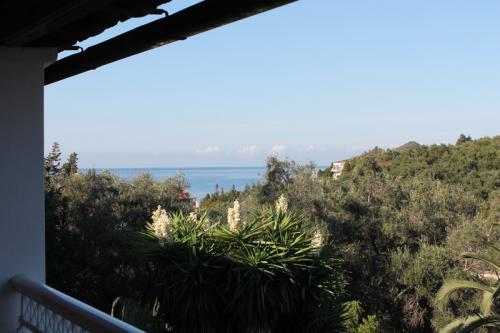 Von den Balkonen der Studios im zweiten Stock hat man sogar ein wenig seitlichen Meerblick.