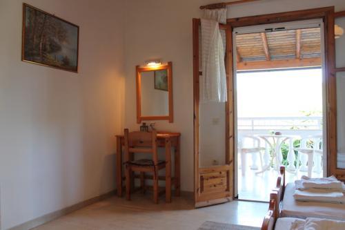 Studio: Blick durchs Zimmer in Richtung Balkon