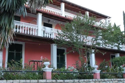 Blick von der Zufahrt auf das Haus Nina in Agios Georgios Pagi