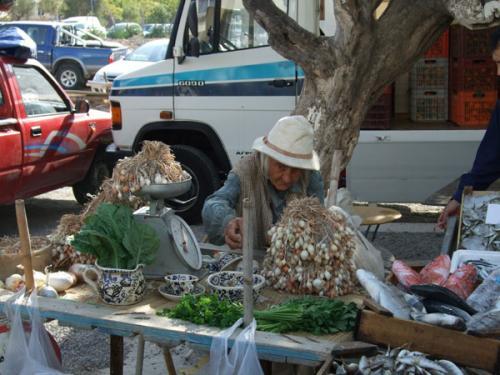 Die Kräuterhexe des Markts von Agios Nikolaos.