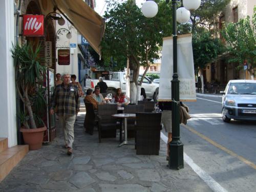 Eines der bei Einheimischen beliebten Cafenions am Kreisverkehr.