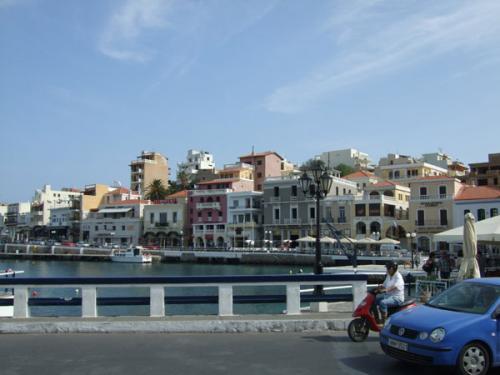 Blick über einen Teil des Fährhafens auf die Altstadt von Agios Nikolaos.