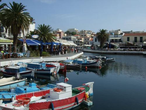 Fischerboote im See von Agios Nikolaos.