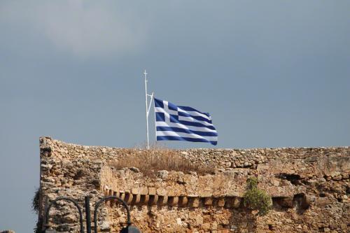 Und hier weht sie unverändert stolz, die Flagge Griechenlands.
