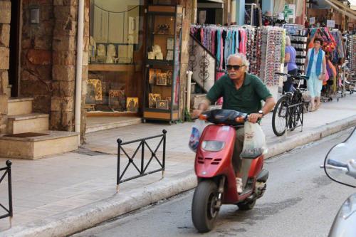 Der hier fährt übrigens nicht nur ohne Helm und mit Beuteln am Lenker, sondern auch falsch herum in einer Einbahnstraße...