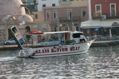Vom alten Hafen aus starten einige Glasbodenboote zu Sightseeingtouren.