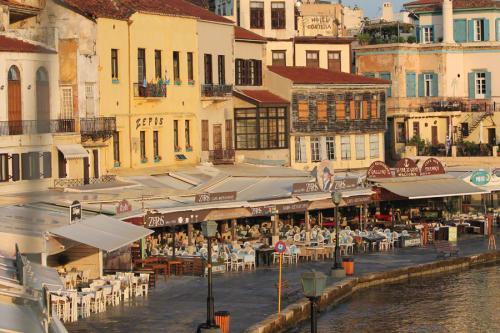 An der Hafenmole reihen sich Cafes und Restaurants aneinander.