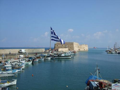 Am Hafen von Heraklion wird am Oxi-Tag natürlich ordentlich Nationalstolz gezeigt.
