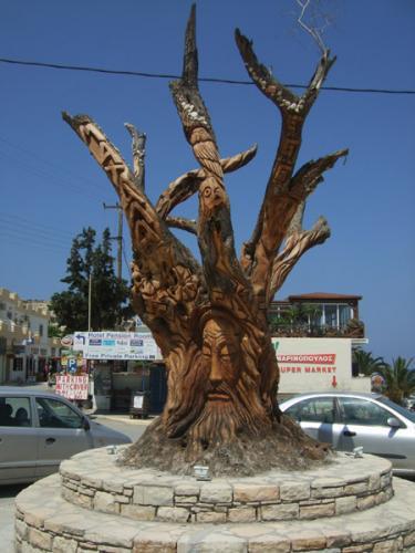 Mit einem örtlichen Tavernenbesitzer als Sponsor, konnte sich ein Künstler schlappe 6 Wochen lang an diesem Olivenbaum in Matala austoben.