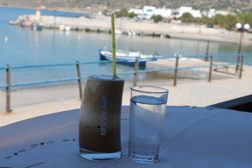 Frappé am Hafen von Milatos.