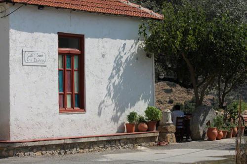 Die alte Schule von Anidri wurde zu einer einfachen, gemütlichen Taverne umgebaut.