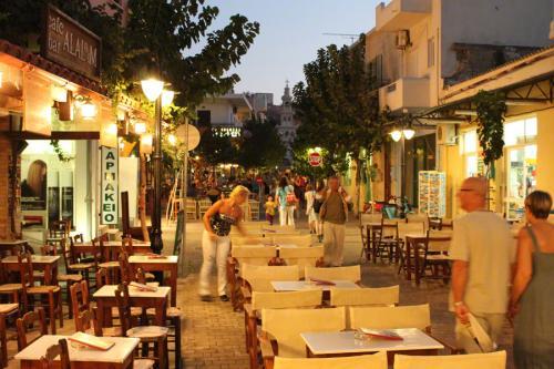 In den Gassen der Altstadt von Paleochora reiht sich Geschäft an Geschäft.