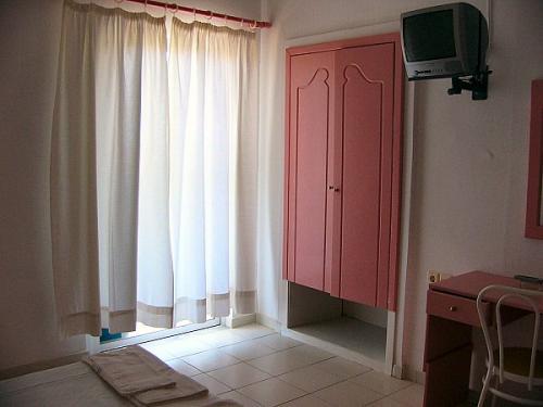 Ein Schlafzimmer eines Apartments im Blue Beach.