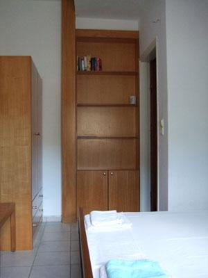 Schlafzimmer mit Bücherregal.