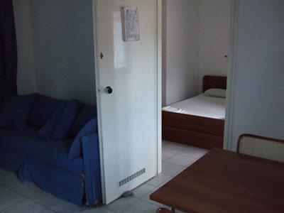 Apartment: Blick von dem Wohnzimmer in das separate Schlafzimmer.