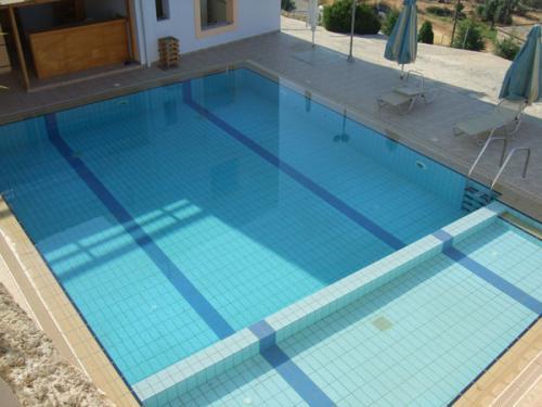 Der Pool des Gaitani Village verfügt über einen Nichtschwimmerbereich.