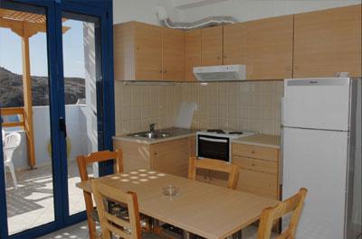 Küchenecke mit Esstisch in einem Apartment.