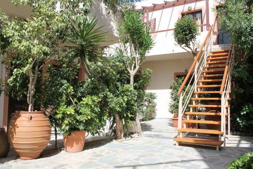 Innenhof der Litoapartments mit der Treppe zum ersten Stock.