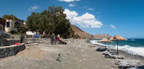 Der Strand mit der Taverne Anatoli.