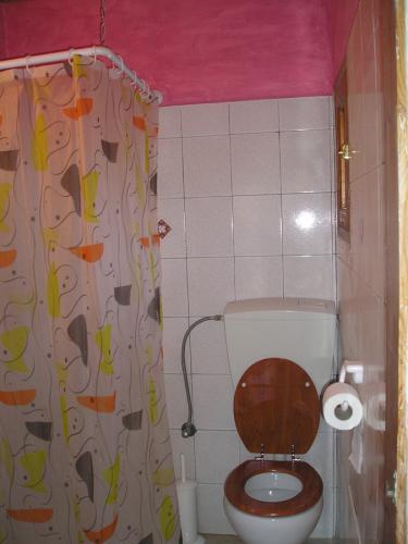 Das einfache Bad eines Studios.