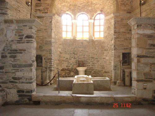 Die Taufkapelle der Kirche Ekatontapilian