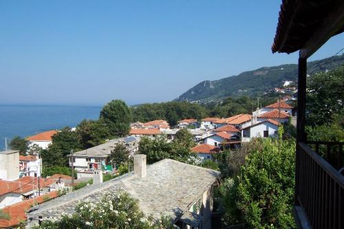 Ägäis-Küste bei Agios Ioannis. Hinter den Bäumen versteckt sich der Strand Papa Nero.