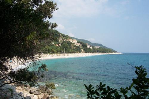 Vom Strand Papa Nero führt ein Bergpfad nach Südosten hinauf ins Gebirge.