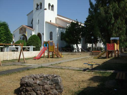 Der öffentliche Spielplatz neben der Kirche.