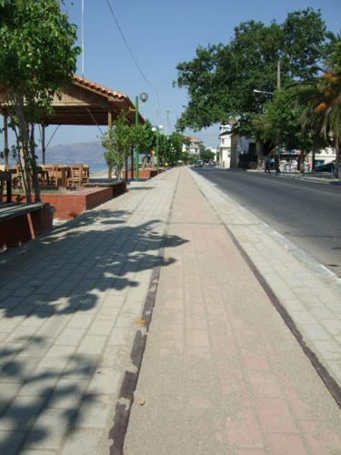 Die Gleise der Pilionbahn, die bis vor einigen Jahren Volos und Agria verband, verlaufen heute noch fast durchgängig parallel zur Küstenstraße.
