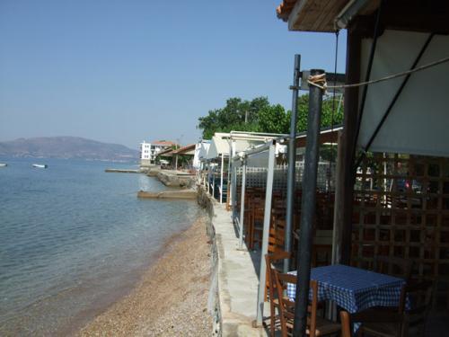 Entlang des vorderen Teils des Ortes (von Volos kommend) säumen diverse Restaurants die Küstenstraße.