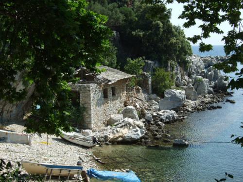 Die Ruinen des Zollhauses im Damouchari.