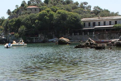 Blick auf eines der Restaurants der Bucht.