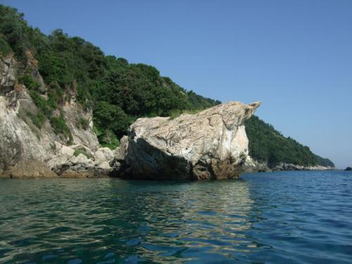 Auf einer Bootsfahrt in den Norden des Pilion gilt es in Ufernähe besonders vorsichtig zu sein. Solche Klippen liegen auch unter Wasser...!